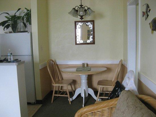 Manta Ray Inn : Room 206 - dining area.
