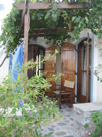 Porto Heli Apartments: Each apartment has a private patio