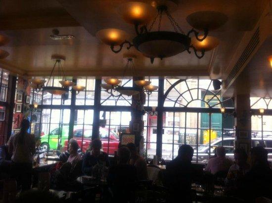Bella Italia Wellington Street: Interno ristorante con vista esterna wellington street