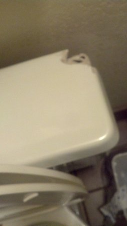 Econo Lodge Inn & Suites : toilet