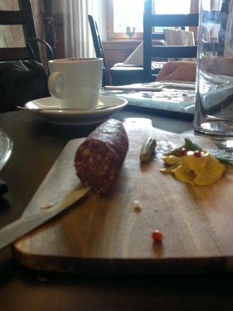 Restaurant de La Chaux-d'Abel : La planchette de saucisse sèche du coin- Cheval à l'ail ou aux noix