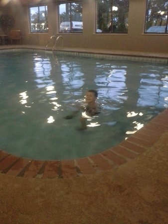 BEST WESTERN PLUS North Canton Inn & Suites: Great pool for kids. Not but 4 1/2 to 5ft at the deepest. A lot of area at 3ft.