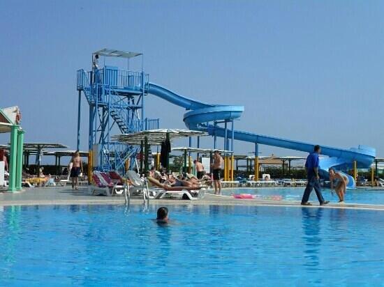 Dreams Beach Resort : scivolo in una delle piscine