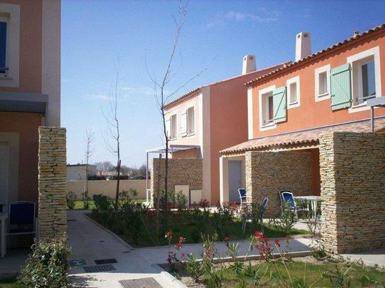 Résidence Odalys Le Mas des Flamants : vue extérieure sur les résidences
