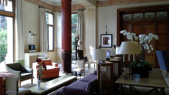 Hotel Royal-Riviera : Center lobby of hotel
