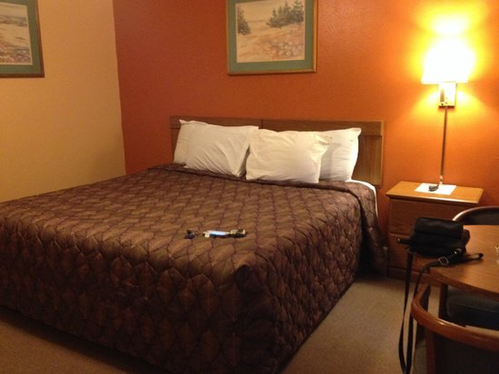 Liberty Inn: Bed, I didnt dare to turn it down.