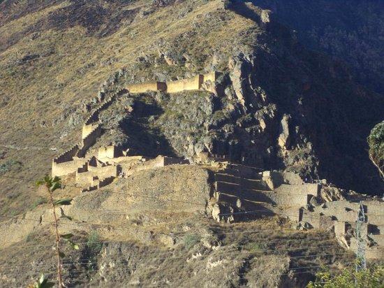 Tunupa Lodge : vue sur les ruines d'ollantaytambo depuis l'hotel