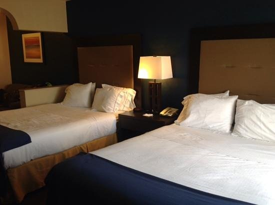 Holiday Inn Express South Haven: beds