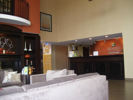 Quality Inn & Suites: Lobby/Front Desk