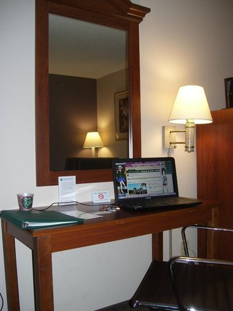 Quality Inn & Suites: Work/Desk Area