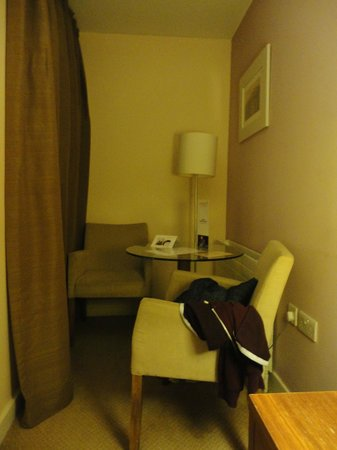 Maldron Hotel Smithfield: Seating area in room
