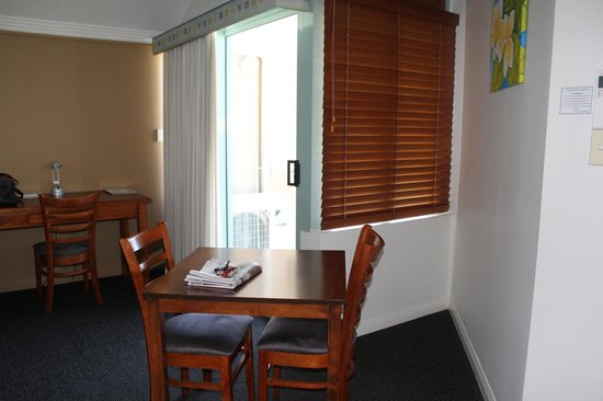 Burnett Riverside Motel: Dining Table and door to balcony