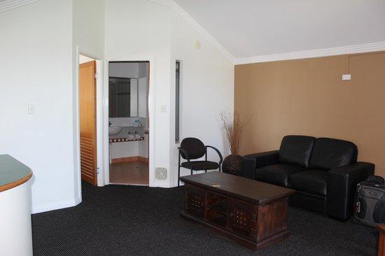 Burnett Riverside Motel : Lounge & Bathroom