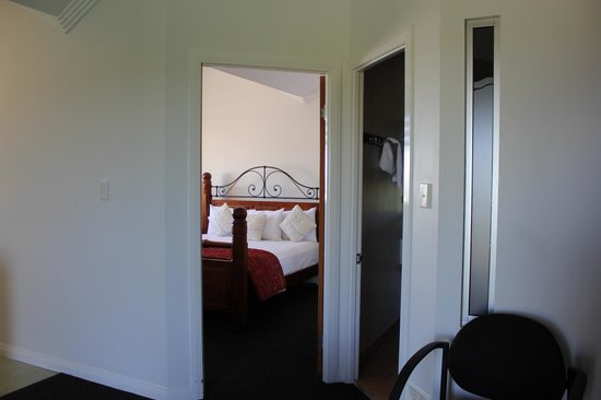 Burnett Riverside Motel : Lounge looking towards the bedroom