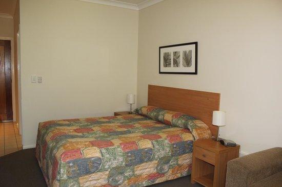 Country Roads Motor Inn: Bed