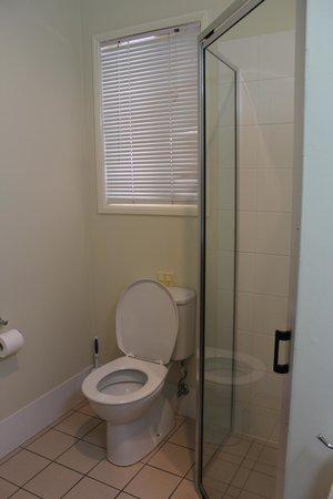 Country Roads Motor Inn: Bathroom