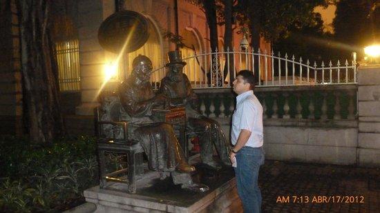 Guangdong Victory Hotel : Estatuas alrededor