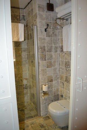 SuB Karakoy: baño con estilo original