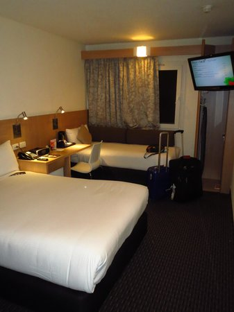 Ibis Sydney Airport: Triple room with 1 queen/double and 1 twin bed