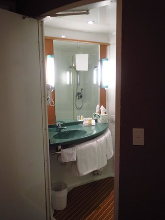 Ibis Sydney Airport: Bathroom - mirror and counter