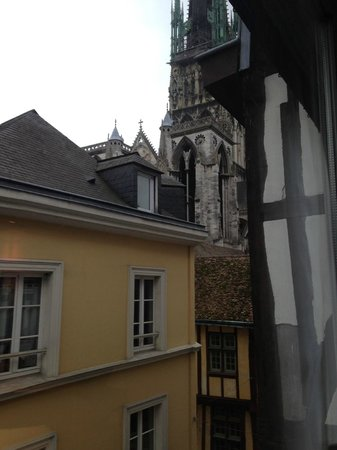 Mercure Rouen Centre Cathedrale Hotel : view from the window, and they open!!!!