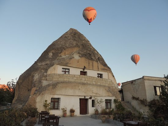 Cave Hotel Saksagan : Balloons passing the hotel's fairy chimney
