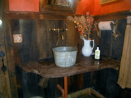 The Swinging Bridge Restaurant: Bathroom