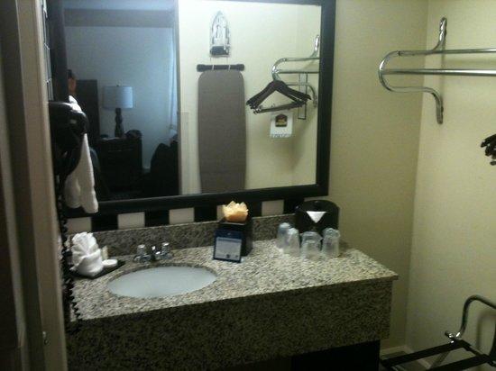 Best Western River North Hotel: Banheiro bem organizado