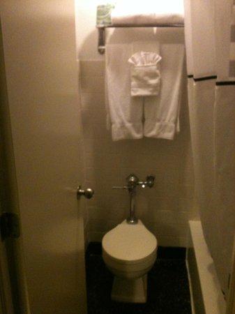 Best Western River North Hotel: Banheiro limpo, porém um pouco velho