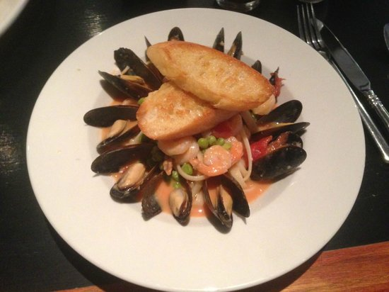 Cosmo's Cafe: Mussels and Shrimp Pasta