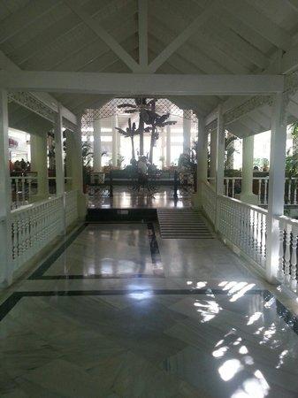 Grand Bahia Principe El Portillo: Hacia el Loby