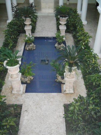 Grand Palladium Jamaica Resort & Spa: Court yard inside buildings