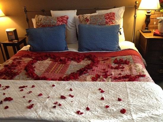 The Ruby of Crested Butte - A Luxury B&B: roses on the bed