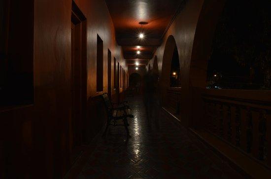 Hotel California: Pasillo frontal en segundo piso.