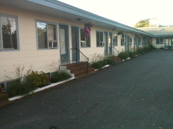 Town and Beach Motel : Quartos. Na frente fica o estacionamento.