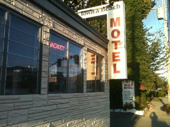 Town and Beach Motel: Em frente ao hotel