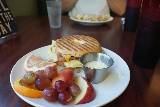 MeMe's Cafe : Bagel Breakfast Sandwich