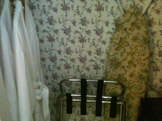 Snug Cottage: Guarda roupas, com tábua de passar e ferro a disposição