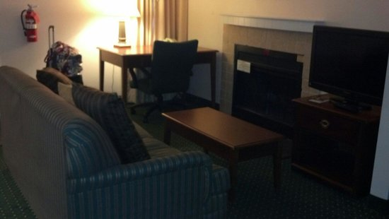 Sonesta ES Suites Somers Point : Handicap living room