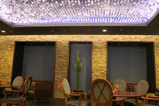Sheraton Crescent Hotel: Architectural detail in lounge