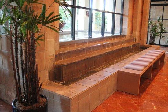 Sheraton Crescent Hotel: Serene lobby waterfall