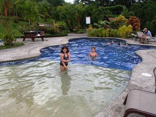 Arenal Volcano Inn : Splash time!