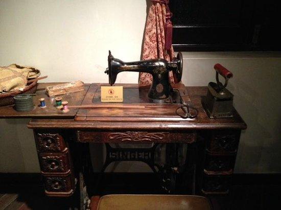 Shikumen Museum, Shanghai : Shikumen Museum - Dated sewing machine