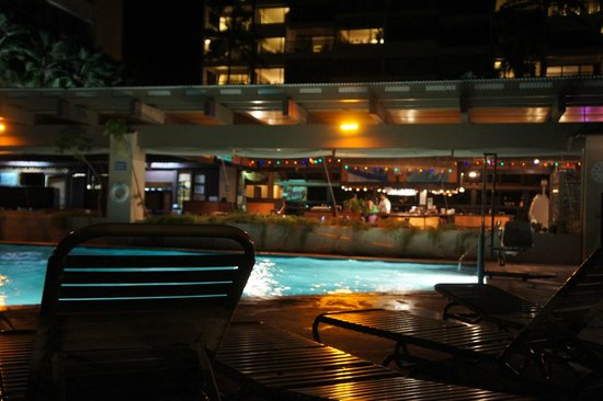 Sands of Kahana: Nighttime view of the pool and restaurant