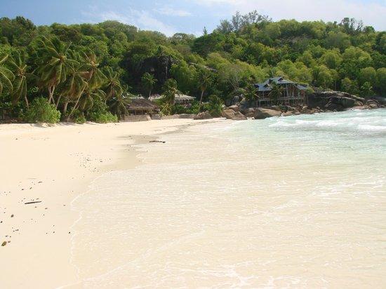 Chez Batista Villas Restaurant: le resto vu de la plage (sur la gauche )