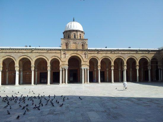 Zitouna Mosque : الساحة الداخلية