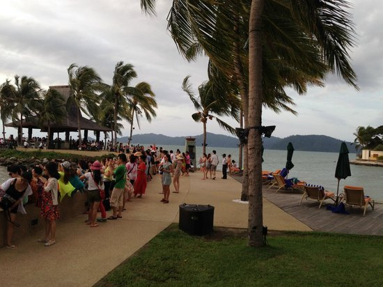 Sunset Bar at Shangri-La's Tanjung Aru Resort and Spa: The crowd
