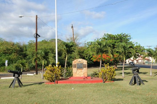 Molokai War Memorial: Memorial and Canons in Tiny Park