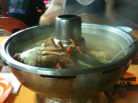 Borneo Seaview Hotel : Some crabs cooking in our steam boat feast at a recommended restaurant