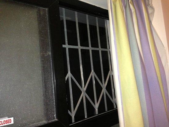 Dean Hamlet Hotel: Bars in the windows